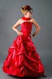 Teen flicka som poserar i studentbalklänning i studio Royaltyfria Bilder