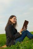 Teen flicka som utomhus läser bibeln Royaltyfri Bild