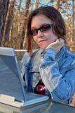 teen flickabärbar dator arkivfoto