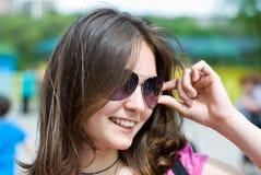 teen flickasolglasögon royaltyfri fotografi