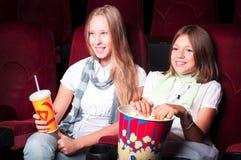 Teen flickor på bion Royaltyfri Foto