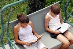 Teen girl and boy reading Stock Photography