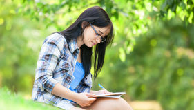Teen girl with note Royalty Free Stock Photography