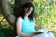 Teen girl reading book Royalty Free Stock Photos