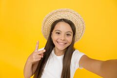 Free Teen Girl Summer Fashion. Little Beauty In Straw Hat. Beach Style For Kids. Visit Tropical Islands. Turn Back Brim Straw Royalty Free Stock Images - 171239059