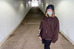 Free Teen Girl Walking Through A Tunnel With Her Skateboard Royalty Free Stock Images - 185496079