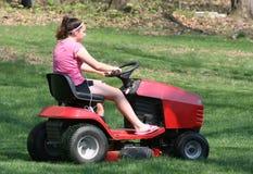 teen gräsklippningsmaskinridning Fotografering för Bildbyråer