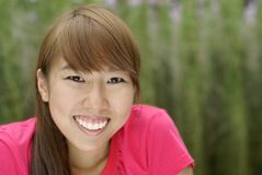 teen lyckligt leende för asiatisk flicka royaltyfri foto