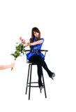 Flickasammanträde på stolen som isoleras Arkivbild