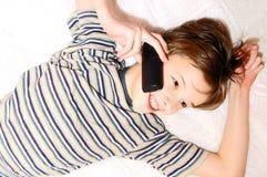 teen samtal för pojkecelltelefon Arkivbilder