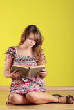 Teen woman reading a book Royalty Free Stock Images