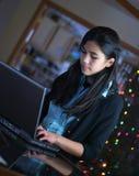 teen working för flickabärbar dator royaltyfria bilder