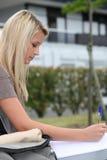 Teen writing en bokstav arkivfoton