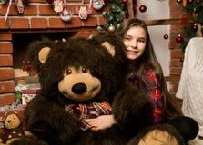 Teenag女孩是一件大大女用连杉衬裤在壁炉附近涉及圣诞节的容忍 库存照片