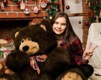 Teenag女孩是一件大大女用连杉衬裤在壁炉附近涉及圣诞节的容忍 库存图片