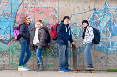 Teenage friends with school bags and skateboards Royalty Free Stock Photos