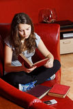 Teenage girl reading at home Royalty Free Stock Photos