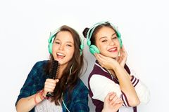 Free Teenage Girls In Earphones Listening To Music Royalty Free Stock Photo - 132920525