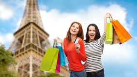 Teenage girls with shopping bags and credit card Royalty Free Stock Photos