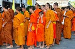 Chiang Mai TH: Unga Monks på det thailändska tempelet Royaltyfria Foton