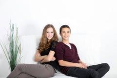 Teenaged para relaksuje w domu fotografia royalty free