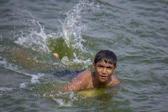 Teenager's local prennent la douche et font l'amusement pour atteindre du soulagement de la chaleur étouffante dans le lac Hati photographie stock libre de droits
