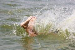 Teenager's local prennent la douche et font l'amusement pour atteindre du soulagement de la chaleur étouffante dans le lac Hati photos libres de droits