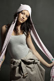 Teenager alla moda con la protezione della sciarpa immagine stock libera da diritti