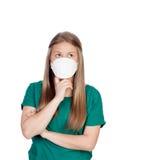 Teenager allergico con il pensiero della maschera di protezione Immagini Stock
