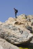 Teenager arrampicando una montagna Fotografie Stock Libere da Diritti