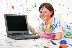 Teenager artistico con il computer portatile fotografie stock libere da diritti
