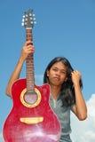 Teenager asiatico con la chitarra Fotografia Stock