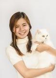Teenager asiatico e un gatto bianco Immagini Stock Libere da Diritti