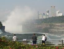 Teenager bei Niagara Falls Stockfotos