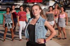 Teenager biondo con l'atteggiamento serio Fotografia Stock