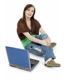 Teenager casuale con il computer portatile Fotografie Stock Libere da Diritti
