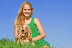 Teenager con il cane di animale domestico Fotografie Stock Libere da Diritti
