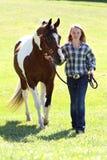 Teenager con il cavallo Fotografie Stock Libere da Diritti