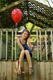 Teenager con l'aerostato rosso fotografia stock