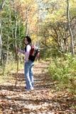 Teenager con l'escursione del bastone fa una pausa sulla traccia Immagini Stock Libere da Diritti