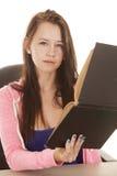Teenager confuso del libro obliquo Fotografia Stock