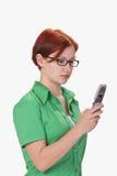 Teenager controllando il suo mobile Immagine Stock