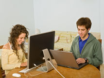 Teenager couple computer Royalty Free Stock Photos