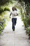 Teenager, der auf Bürgersteig läuft lizenzfreies stockbild