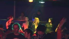 Teenager, der auf Diskothek im ländlichen Verein tanzt Kleine Stufe Erwachsener Mann DJ scheinwerfer unterhaltung stock video