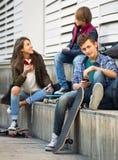Teenager, der auf smarthphones spielt und Musik hört Lizenzfreie Stockbilder