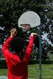 Teenager, der Basketball spielt stockfoto