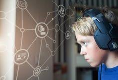 Teenager, der Computerspiele auf PC spielt Lizenzfreies Stockbild