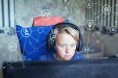 Teenager, der Computerspiele auf PC spielt Lizenzfreie Stockfotos