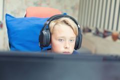 Teenager, der Computerspiele auf PC spielt Lizenzfreie Stockfotografie
